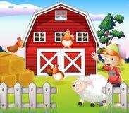 Ein Junge am Bauernhaus mit Tieren Stockbild