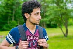 Ein Junge, der auf der Natur stillsteht Lizenzfreie Stockfotografie