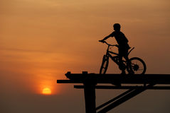 Ein Junge, der auf Fahrrad 2 sitzt Lizenzfreie Stockfotografie