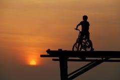 Ein Junge, der auf Fahrrad 2 sitzt Stockfotografie