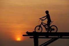 Ein Junge, der auf Fahrrad sitzt   stock abbildung