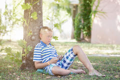 Ein Junge, der auf Smartphone spielt Stockfotos