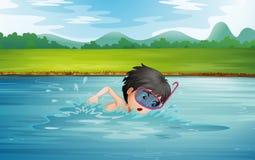 Ein Junge, der das kalte Wasser des Flusses genießt Lizenzfreie Stockbilder