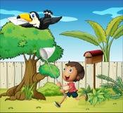 Ein Junge, der den Vogel mit einem Umschlag fängt Stockbild