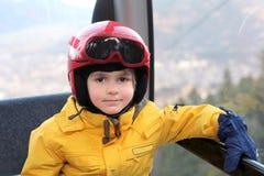 Ein Junge in der Drahtseilbahn Lizenzfreies Stockbild