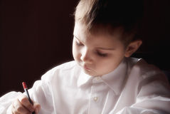 Ein Junge, der einen Brief schreibt stockfoto