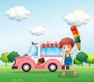 Ein Junge, der einen Kegel mit mehrfachen Schichten Eiscreme hält Stockfoto