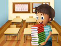 Ein Junge, der einen Stapel von Büchern trägt Stockbild