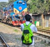 Ein Junge, der Foto eines Zugs macht Lizenzfreies Stockbild