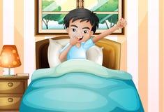 Ein Junge, der früh aufwacht Stockbild