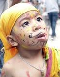 Ein Junge, der im Festival von Kühen (Gaijatra, isst) Stockbilder