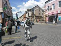 Ein Junge in der Mittelstadt führt aroad zu den Pulloverstiefel jutpers Stockfoto
