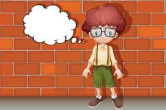 Ein Junge, der nahe Wand denkt Lizenzfreies Stockfoto