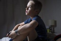 Ein Junge, der Videospiele spielt Stockfotos