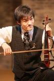 Ein Junge, der Violine spielt Stockfotos