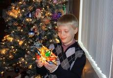 Ein Junge, der Weihnachtsbaum verziert Lizenzfreies Stockbild