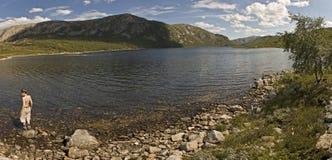 Ein Junge durch einen See Stockfotos