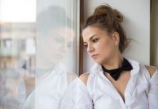 Ein junge Frau ` s Porträt mit einer schwarzen Fliege stockbild