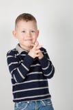 Ein Junge hört und lächelt Lizenzfreie Stockbilder
