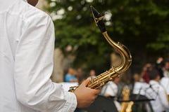 Ein Junge helds ein Saxophon an einem Konzert Stockfotos