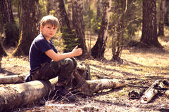 Ein Junge im Wald Stockbilder