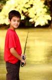 Ein Junge mit Angelrute Stockfotografie