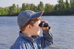 Ein Junge mit Binokeln Lizenzfreie Stockfotos