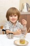 Ein Junge mit Cup Kakao Stockfotos