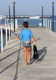 Ein Junge mit den Flippern und Schablone zum zu schwimmen Stockfotografie