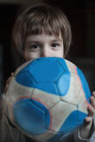 Ein Junge mit einem Ball Lizenzfreies Stockfoto