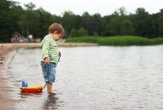 Ein Junge mit einem Boot Stockfotos