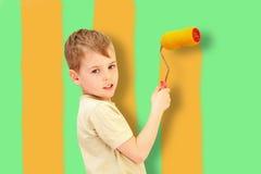 Ein Junge mit einer Rolle zeichnet Stäbe, Collage Stockbilder