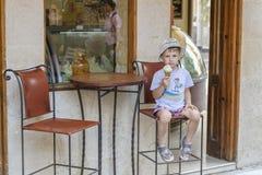 Ein Junge mit Eiscreme lizenzfreie stockbilder