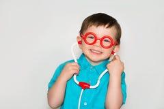 Ein Junge mit Gläser kleinem Doktor lizenzfreie stockfotos
