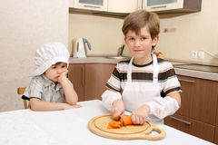 Ein Junge mit Karotte und Messer Stockfotos