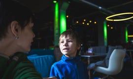 Ein Junge mit seiner Mutter in einem Café stockfotografie
