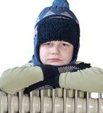 Ein Junge nahe dem Kühler der Heizung Stockfotos