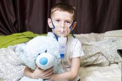 Ein Junge nahm krankes, und behandelt stockbilder