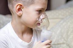 Ein Junge nahm krankes, und behandelt lizenzfreies stockbild