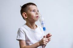 Ein Junge nahm krankes, und behandelt lizenzfreies stockfoto