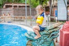 Ein Junge sitzt auf der asiatischen Statue lizenzfreies stockfoto