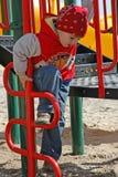 Ein Junge am Spielplatz Stockbild
