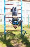 Ein Junge spielt draußen auf dem Spielplatz lizenzfreie stockbilder