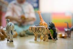 Ein Junge spielt Tierspielwaren lizenzfreies stockbild