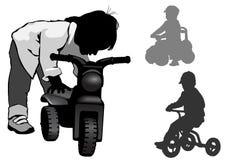Ein Junge steht mit einem Fahrrad Lizenzfreie Stockfotos