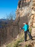 Ein Junge steht nahe dem Felsen Lizenzfreies Stockbild