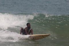 Ein Junge surfen die Wellen in Lagos-Strand, Bewunderer schauen an lizenzfreie stockfotografie