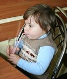 Ein Junge trinkt vom Glas lizenzfreies stockbild