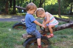 Ein Junge und ein Mädchen lizenzfreie stockfotos