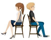 Ein Junge und ein Mädchen, die zurück zu Rückseite sitzen Stockfotografie